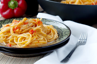 Linguine with pepper and leek cream
